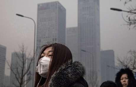 Moradores usam máscara para tentar amenizar efeitos da fumaça na capital chinesa