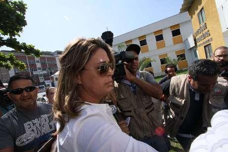Françoise Amiridis, mulher do embaixador da Grécia no Brasil, Kyriakos Amiridis, chega à Delegacia de Homicídios da Baixada Fluminense (DHBF), em Belford Roxo (RJ), na manhã desta sexta-feira (30).