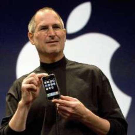 Steve Jobs anuncia o primeiro iPhone em janeiro de 2007