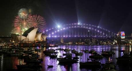 Cidade de Sydney, na Austrália, festeja a chegada de 2017 em seu cartão postal: a Opera House e a Harbour Bridge