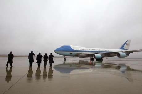 Varios mandos militares saludan a la llegada del Air Force One, con el presidente Barack Obama y su familia, en la Base Andrews de la Fuerza Aérea, en Maryland, el lunes 2 de enero de 2017. El presidente y su familia regresaron de unas vacaciones en Hawaii.