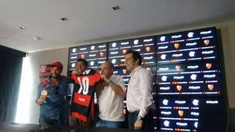 Bandeira exibe marca de patrocinador da base do clube. Ator Bruno Gagliasso está à esquerda (Paulo Victor Reis)