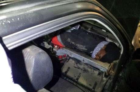 Imigrantes africanos foram descobertos escondidos dentro de carro; um estava no painel e o outro debaixo do banco traseiro