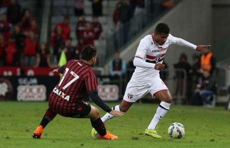Jovem lateral-esquerdo estreou pelo Tricolor em julho de 2015 (Foto: Rubens Chiri/www.saopaulofc.net)