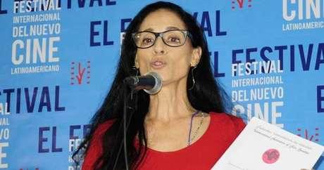 A atriz discursa em festival de cinema realizado em Cuba (Foto: Divulgação)