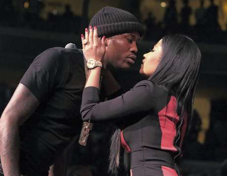 ARCHIVO - Meek Mill y Nicki Minaj se besan tras su presentación en el concierto 99 POWERHOUSE 2015 en el Wells Fargo Center en Filadelfia en una fotografía de archivo del 23 de octubre de 2015. Minaj escribió en Twitter el 5 de enero de 2017, que está soltera.
