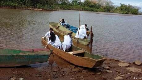 Alunos da escola onde Wemerson leciona analisam os poluentes presentes nas águas do Rio Doce