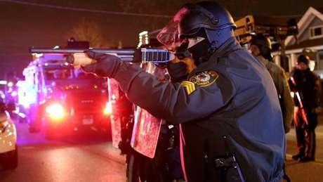 Especialistas afirmam que nos EUA a política é de militarização das polícias e isso aumenta a violência na sociedade