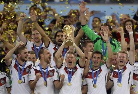 ARCHIVO - En imagen de archivo del 13 de julio de 2014, el mediocampista alemán Bastian Schweinsteiger alza el trofeo tras la victoria de 1-0 sobre Argentina en la final de la Copa del Mundo disputada en el estadio Maracaná de Río de Janeiro,