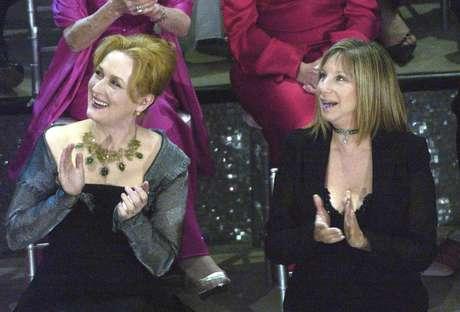 """En esta foto de archivo del 23 de marzo del 2003, las actrices Meryl Streep, a la izquierda, y Barbra Streisand aplauden en el escenario durante una reunión de ganadores pasados de Oscar durante la 75ta entrega de los Premios de la Academia en Los Angeles. Streisand dijo al programa """"Hardball"""" de MSNBC el lunes que estaba completamente de acuerdo con las críticas de Streep al presidente electo Donald Trump durante la ceremonia de los Globos de Oro el domingo 8 de enero del 2017."""
