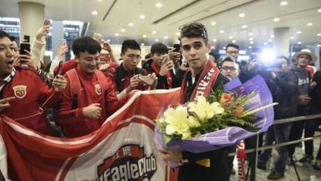 Oscar foi recebido com festa pelos torcedores em Xangai (Foto: Reprodução: sina.com)