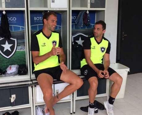 Carli e Montillo conversam no vestiário do Botafogo em General Severiano (Foto: Reprodução/Twitter Botafogo)