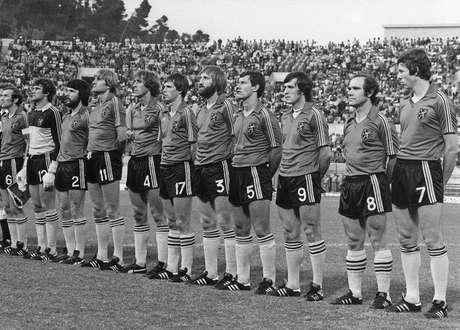 O time belga vice-campeão da Eurocopa de 1980; François Van der Elst aparece com o calção de número nove