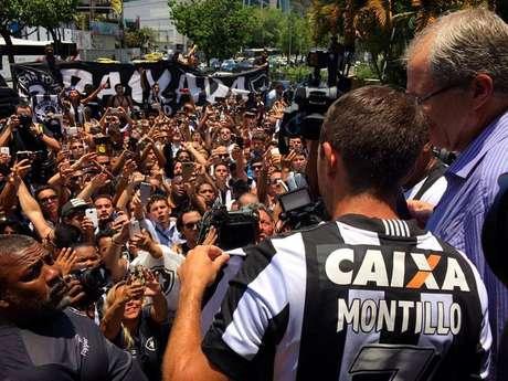 Torcida recepciona Montillo em sua chegada em Coronel Severiano, no Rio de Janeiro