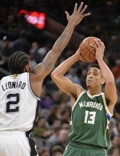 Malcolm Brogdon (13) de los Bucks de Milwaukee dispara al aro ante Kawhi Leonard de los Spurs de San Antonio