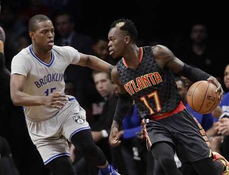 Isaiah Whitehead (15) de los Nets de Brooklyn defiende ante Dennis Schroder (17) de los Hawks de Atlanta, el martes 10 de enero de 2017