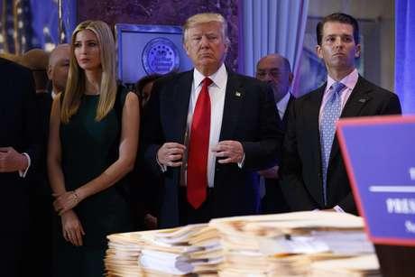 El presidente electo Donald Trump, acompañado por sus familiares, aguarda a ser presentado durante una conferencia de prensa en el vestíbulo de la Trump Tower en Nueva York, el miércoles 11 de enero de 2017.