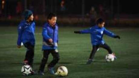 Melhor caminho para desenvolver futebol na Chilna é pelas crianças, diz professor brasileiro