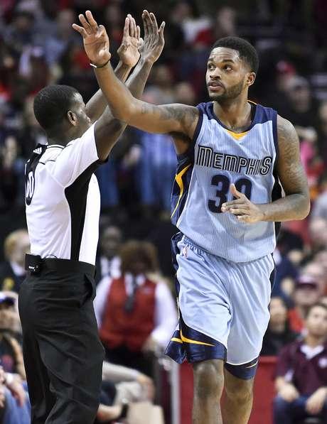 Troy Daniels, base de los Grizzlies de Memphis, festeja luego de embocar un triple ante los Rockets de Houston