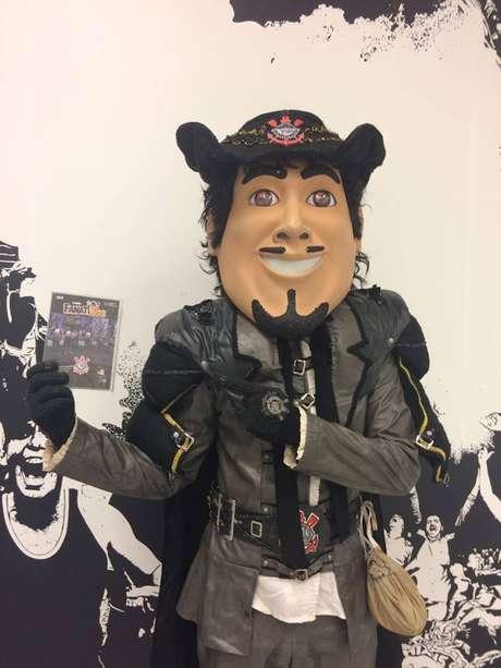 O Mosqueteiro, mascote do Corinthians, segura um DVD infantil do time