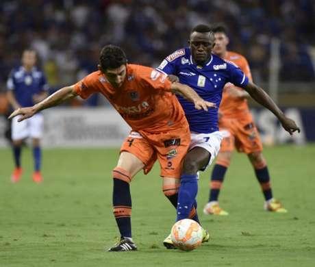O camaronês Joel esteve emprestado pelo Cruzeiro ao Santos, onde esteve em 2016 (Foto: AFP / DOUGLAS MAGNO)