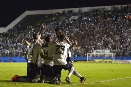 Gol de zagueiro aos 11 do segundo tempo selou a classificação corintiana em Barueri (Foto:Mauro Horita/AGIF)