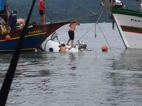 Imagem mostra equipe de resgate em aeronave em Paraty, na Costa Verde do Rio