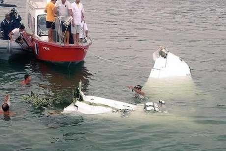 Equipes recolhem destroços do avião que caiu no mar em Paraty. O ministro Teori Zavascki estava a bordo