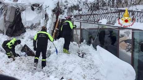 Equipes de resgate trabalham nas buscas por vítimas de avalanche em hotel na Itália.