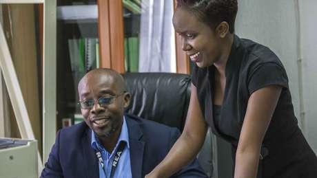 Justin Mukosa (esq.), chefe de Ndekela Mazimba, apoia a folga mensal, mas admite que há casos de mau uso da lei