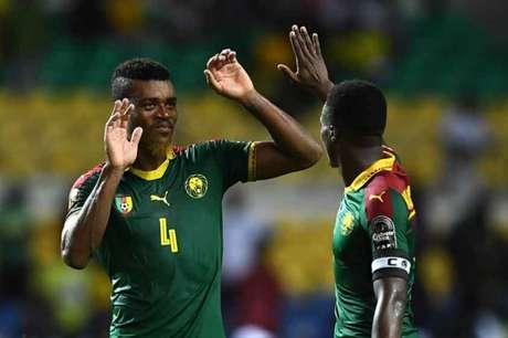 Jogadores de Camarões comemoram classificação para as quartas de final (Foto: Gabriel Bouys / AFP)