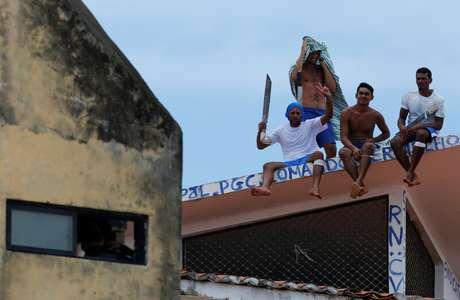 Detentos no telhado do presídio de Alcaçuz, no Rio Grande do Norte
