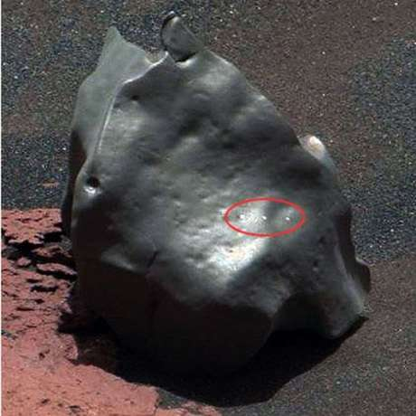 Close-up do objeto mostra marcas deixadas pelo laser do Curiosity
