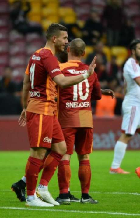 Podolski estava endiabrado nesta terça-feira (Foto: Reprodução / Twitter)