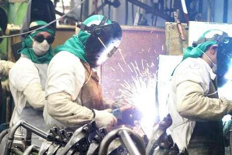 Confiança da indústria indica melhora na 1ª prévia do ano, diz FGV