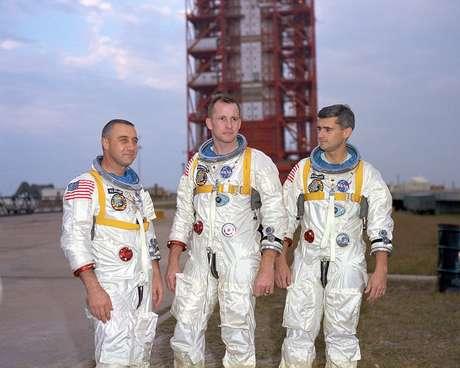 De izquierda a derecha los astronautas Virgil Grissom, Ed White y Roger Chaffee en Cabo Kennedy, Florida, en una foto de fecha desconocida. Los tres perecieron al estallar en llamas su cápsula espacial el 27 de enero de 1967.