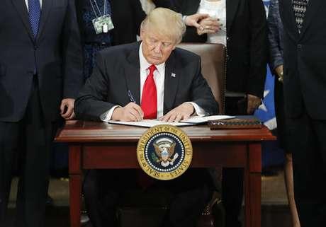 Trump firma a orden ejecutiva para iniciar la construcción del muro fronterizo