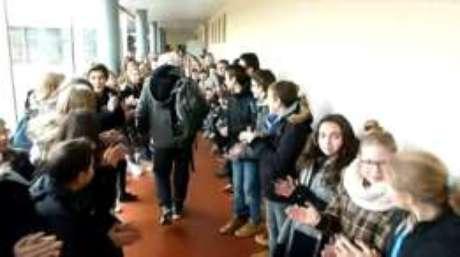 Homenagem foi organizada pelos cerca de 700 alunos da escola na Borgonha