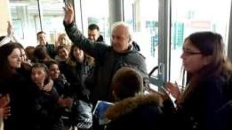 Professor Alain Donnat se despede dos alunos em escola na Borgonha