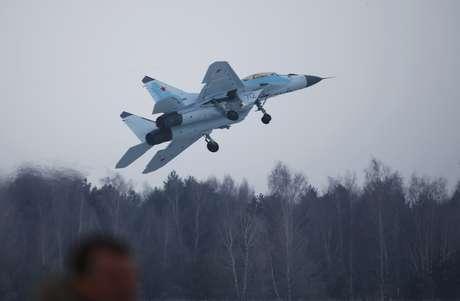 Caça russo Mig-35 decola para voo de apresentação em Moscou