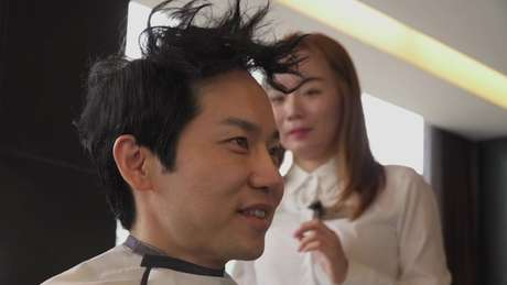 Cha Kil-young passa no cabeleireiro antes de se apresentar em uma aula