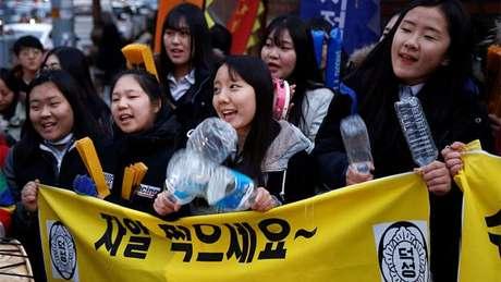 Estudantes mais jovens fazem festa para receber os mais velhos que vão prestar o decisivo KSAT na Coreia do Sul