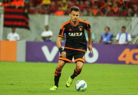 Flamengo acerta a contratação do lateral-esquerdo Renê, do Sport