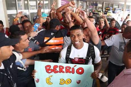 Torcida do Fla recebe Berrío com festa após atraso na imigração