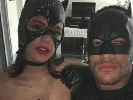 Bruna Marquezine e Neymar com fantasias de Batman e Mulher-Gato, em 2016.