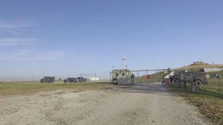 A entrada do bunker de Larry Hall no Kansas é guardada como uma instalação militar