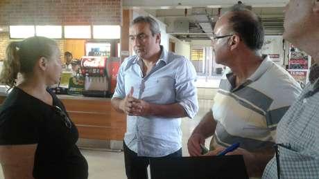 Empresário Elias Tergilene conversa com os técnicos da obra