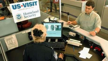 Consulados americanos no Brasil passaram a exigir que maiores de 14 anos e menores de 79 sejam entrevistados para conseguir um visto para entrar nos EUA