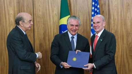 Ministério das Relações Exteriores, comandado por José Serra (esquerda), resiste à ideia de liberar por dois anos cidadãos dos EUA, Japão, Austrália e Canadá