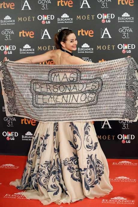 La actriz Cuca Escribano posa con un chal con mensaje reivindicativo